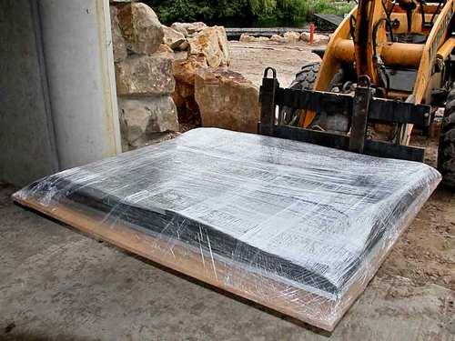 Transport-Platte ist Bohrschablone für die Wand