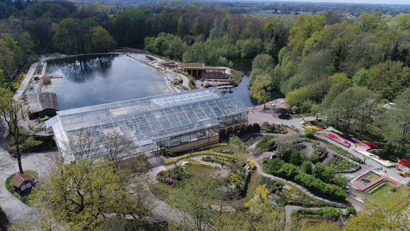 Blick auf die Palmenhalle und den NaturaGart Unterwasser-Park
