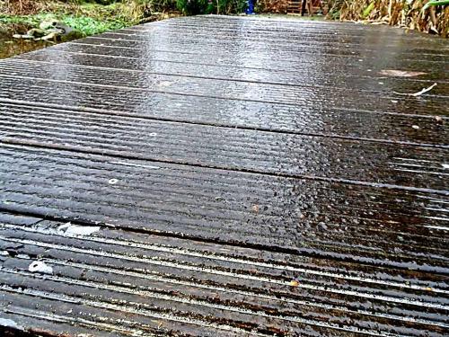 Holzstege werden im Winter spiegelglatt