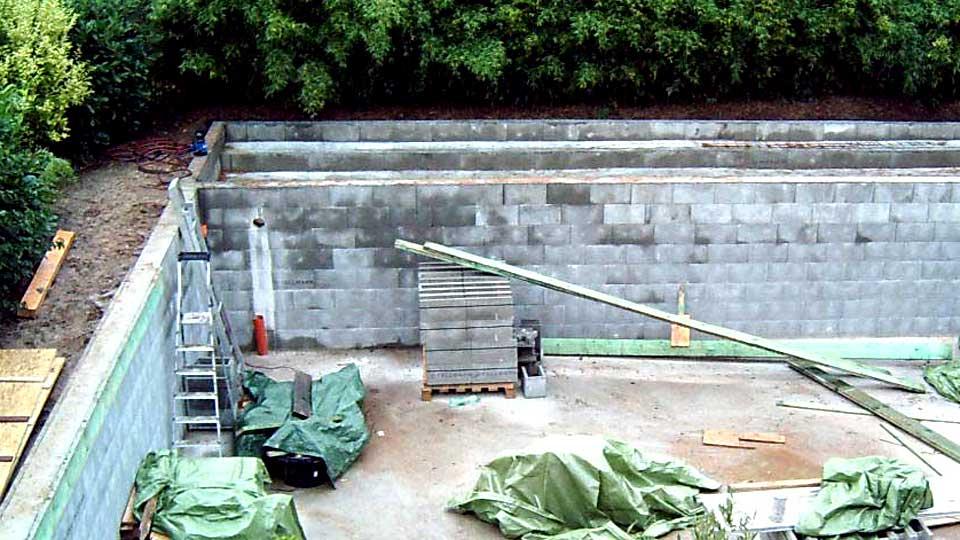 Muss man für einen Schwimmteich Mauern betonieren?