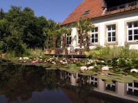 Die Gebäude der Firma NaturaGart liegen inmitten einer Parklandschaft