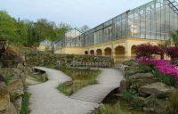 Brücken und Stege verbinden verschiedene Abschnitte des Gartens
