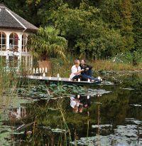 Ein Steg über den Gartenteich bietet Platz für Romantik
