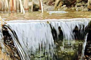 Ein dünner Wasservorhang bildet einen Wasserfall