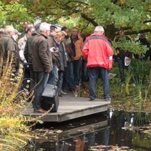 Teilnehmer des Teichbau-Seminars erkunden den NaturaGart Park