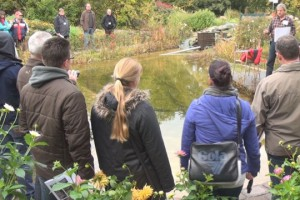 Seminarteilnehmer am Teich
