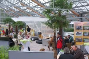 Blick in die Ausstellungshalle der NaturaGart Hausmesse