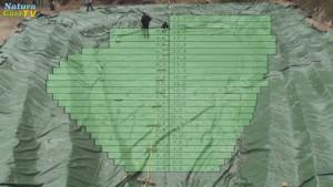 Vogelprespektive einer Teichgrube mit darüber eingeblendetem Folienraster