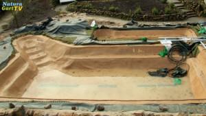 Teichgrube mit durch eine Mörtelschicht geschüzter Teichfolie