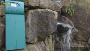 Stromverteiler-Kasten vor Wasserfall