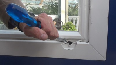 Fenstereinbruch mit Schraubenzieher