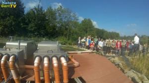 Im Vordergrund: große Trommelfilter. Im Hintergrund: Teilnehmer and einem Teichseminar