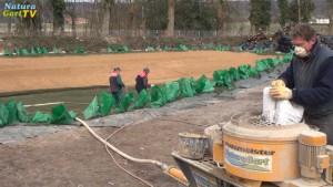 Arbeiter vermörteln einen Teich