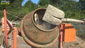 Teichmörtel wird auf der Baustelle gemischt