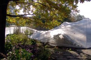 Ein über einen Teich gespanntes Laubschutznetz