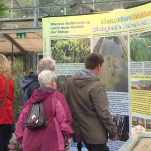 Besucher beim NaturaGart Teich-Treff im Herbst 2013
