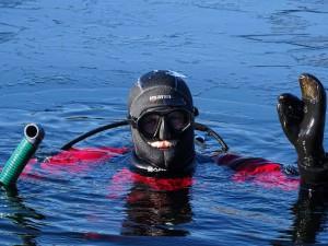 Unser Servicetaucher Olaf – auch im kalten Wasser immer gut gelaunt.