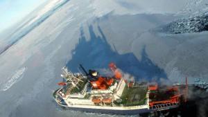 """Forschungsschiff """"Polarstern"""" fährt durch ein Eisfeld"""