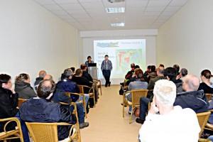 Seminarteilnehmer hören Theorie zum Therma Teichbau