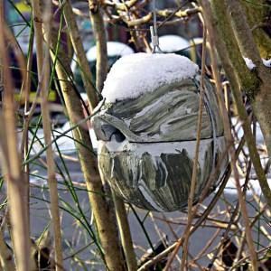 Die Zaunkönig-Kugel ist eine Nisthilfe, die dem Vogelschutz und damit der biologischen Schädlings-Abwehr dient. Der scheue Zaunkönig bezieht sie gerne, wenn sie in Hecken, im Dickicht oder in dichtem Gebüsch angebracht ist. Bei einem völlig freien Aufhängen wird sie gerne auch von anderen Höhlenbrütern angenommen, wie zum Beispiel von Sumpf-, Tannen- und Blaumeisen oder auch Feld- und Haussperlingen.
