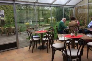 Blick aus dem Wintergarten des Café Seerose auf die Teiche des NaturaGart-Parks.