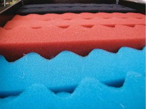 Durch korrekte Anordnung der Filterschäume im Teichfilter wird die Effektivität der Filteranlage optimiert.