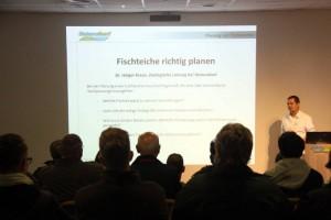 Dr Holger Kraus, zoologischer Leiter von NaturaGart, begrüßt die Zuhörer seines Referates über die Planunge von Fischteichen.