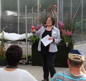 Aggi Bücker hält einen Vortrag beim Teichtreff zum Thema Gartengestaltung mit Pflanzen