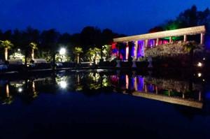 Nachtaufnahme der Tempelbucht mit farbiger Beleuchtung