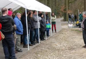Norbert Jorek mit Messe-Besuchern bei einer praktischen Vorführung im Park.