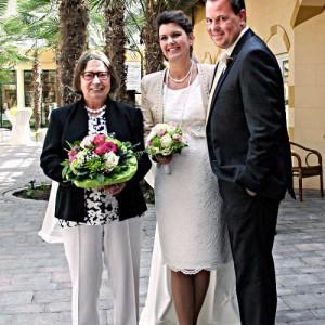 """Aggi Bücker aus der Geschäftsleitung überreichte nach der Trauung Blumen und Glückwünsche an das frisch vermählte """"Premieren-Ehepaar"""" Claudia und Hartmut Ernst."""