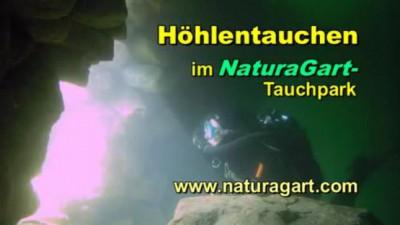 Taucher vor Höhlenausgang