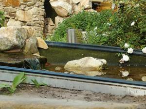 Beispiel aus dem NaturaGart-Park. Hier sieht man die Anwendung der Kapillarsperre an einem Bachlauf