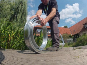 Das Band ist flexibel und passt sich jeder Teichform an. Die Kapillarsperre von NaturaGart ist einfach zu verbauen.