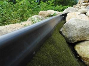 Ein sauberer Abschluss am Teichrand. Zu sehen ist die Ufermatter und der Gummirand.