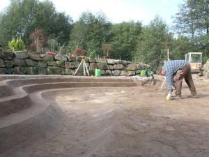 NaturaGart bereitet das Material vor, Sie bauen die Teichgrube