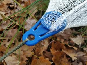 Zugentlastungen spannen das Netz für eine wirksame Abdeckung des Teiches.