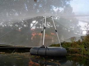 Die Schwimmstütze schafft den höchsten Punkt, dadurch hängt das Laub nicht im Wasser.