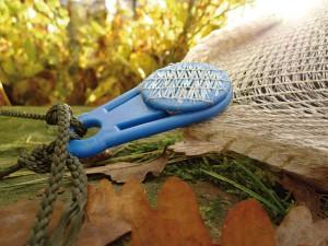 Das Befestigungsmaterial erlaubt einen Einsatz des Teichnetzes auch an windigen Stellen.