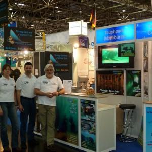 NaturaGart auf der Boot 2011 - Auf dem Foto (v.r.n.l.) Basisleiter Robert Höfer, Matthias Mausolf (Leiter Kundenservice) und Tierärztin Dr. Stefanie Krohn.