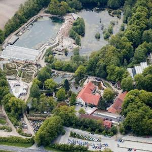 Luftaufnahme vom NaturaGart Park mit Teichen