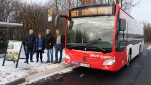 Die Geschäftsleitung von NaturaGart freut sich über den ersten Bus.