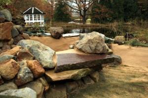 Der Bachlauf über der Grotte: Für jeden, der einen Bachlauf bauen will, mal wieder eine ideale Gelegenheit für einen Besuch des Parks.