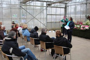 Aggi Bücker von der Geschäftsführung bei NaturaGart zeigte neue Pflanzen für den Garten.