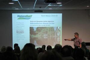 Norbert Jorek erläutert den Weg zu einem stabilen Teich. Der Kinosaal war ausgebucht.