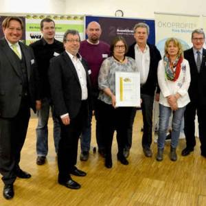 Die Geschäftsführung und Mitarbeiter von NaturaGart stellen das ÖKOPROFIT-Umweltzertifikat vor. Rechts im Bild: Landrat Dr. Klaus Effing