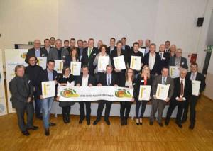 Gruppenbild mit Landrat: die ausgezeichneten Unternehmen der ÖKOPROFIT- Qualifizierungsprogramms des Jahres 2015 präsentieren stolz ihre Zertifikate