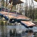 Der Ponton wird ins Wasser gehievt. Von dieser Plattform werden einige der Sediment-Abwehrmaßnahmen unternommen.