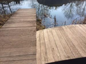 Eine Brücke-Steg-Kombination mit Holzeindeckung