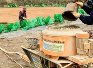 Der Teichmörtel von NaturaGart eignet sich für die Verarbeitung an einer handelsüblichen Putzmaschine.